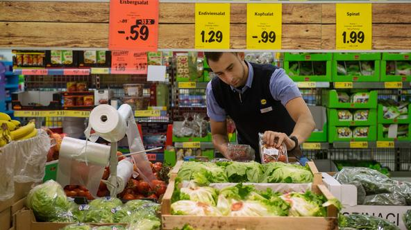 Staff member Kristian Divic  organises the vegetable sales stands in a branch store of supermarket food discounter Lidl in Stuttgart, Germany, 3 March 2015. Photo: Marijan Murat/dpa/DPA/PIXSELL