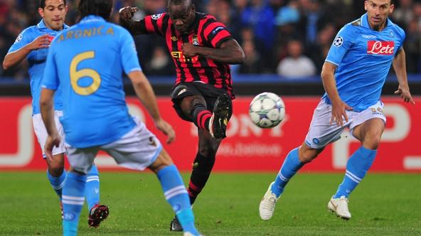 'Manchester City\'s Italian forward Mario Balotelli (C) kicks the ball trough Napoli\'s defence during their Champions League group A  football match Napoli vs Manchester City on November 22, 2011 at