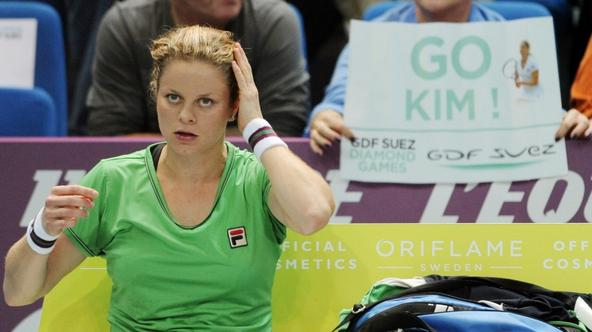 \'Belgium\'s Kim Clijsters rests during a break of he Women\'s Paris WTA Open tennis match against Australia\'s Jelena Dokic on February 11, 2011 in Paris. AFP PHOTO / BERTRAND GUAY\'