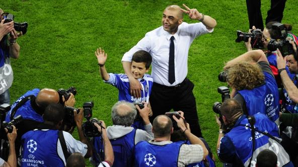 'Chelsea\'s Italian interim manager Roberto Di Matteo (C) makes the victory sign after winning the UEFA Champions League final football match between FC Bayern Muenchen and Chelsea FC on May 19, 2012