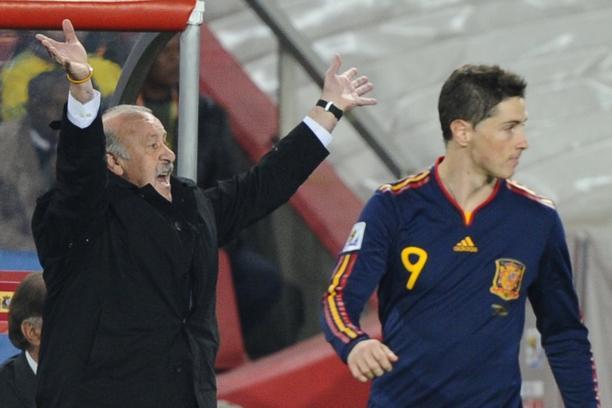 'Spain\'s coach Vicente Del Bosque (L) reacts as Spain\'s striker Fernando Torres looks during the 2010 World Cup quarter final Paraguay vs Spain on July 3, 2010 at Ellis Park stadium in Johannesburg.
