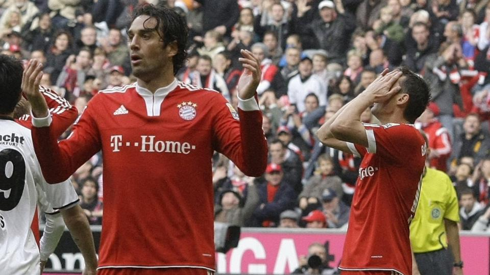 'Bayern Munich\'s Luca Toni and Miroslav Klose (R) react during their German Bundesliga first division soccer match against Eintracht Frankfurt in Munich October 24, 2009.   REUTERS/Michael Dalder