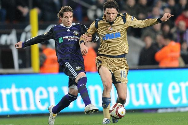 'Anderlecht\'s Lucas Biglia (L) vies with Zagreb\'s Milan Badelj during their Europa League group stage football match between Belgium\'s RSCA Anderlecht and Serbia\'s Dinamo Zagreb in Anderlecht on D
