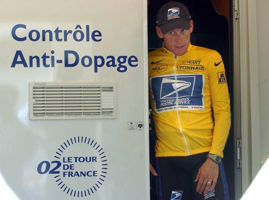 (dpa) - US Lance Armstrong of the US Postal Service team walks out of the doping control center after the 15th stage of the Tour De France from Vaison-la-Romaine to Les-Deux-Alpes, in Les-Deux-Alpes, 23 July 2002./DPA/PIXSELL | Autor : DPA/PIXSELL