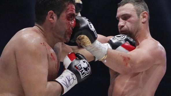 'Vitali Klitschko (R) and his challenger Manuel Charr exchange blows during their WBC heavyweight title fight in Moscow September 9, 2012. REUTERS/Maxim Shemetov (RUSSIA - Tags: SPORT BOXING TPX IMAGE
