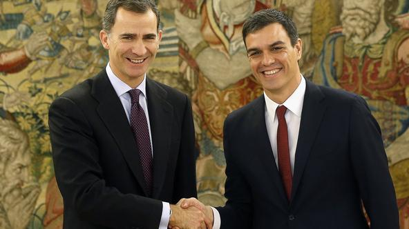 Spain's King Felipe (L) greets Spain's Socialist Party (PSOE) leader Pedro Sanchez before their meeting at Zarzuela Palace in Madrid, Spain, February 2, 2016. REUTERS/Chema Moya/Pool