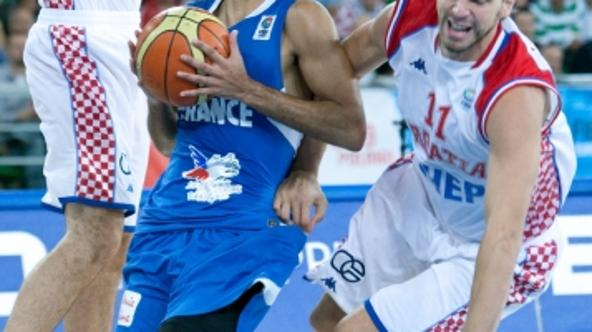 'France\'s Tony Parker (C) scores during the Basketball European Championships qualifying round match Croatia v France in Bydgoszcz, Poland, 13 September 2009. France won the match 87-79. Photo: FRISO