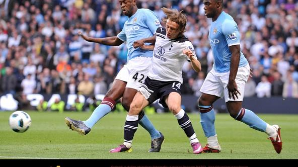 'Manchester City\'s Gnegneri Toure Yaya (left) and Tottenham Hotspur\'s Luka Modric (centre) battle for the ball. Photo: Press Association/Pixsell'