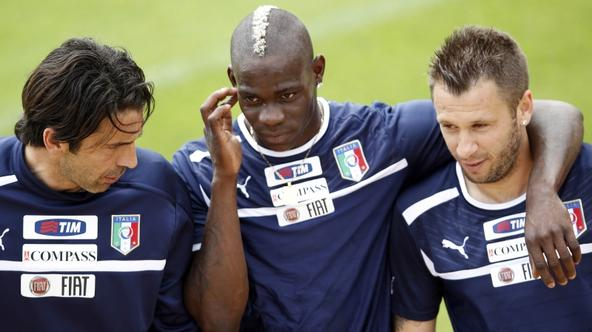 'Italy\'s national soccer players Gianluigi Buffon (L), Mario Balotelli (C) and Antonio Cassano talk during a training session in Coverciano, near Florence, May 30, 2012. Italy start their Euro 2012 G