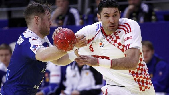 'Croatia\'s Blazenko Lackovic (R) tries to score against Iceland\'s Vignir Svavarsson during their Men\'s European Handball Championship Group D match in Vrsac January 16, 2012.       REUTERS/Ivan Mil