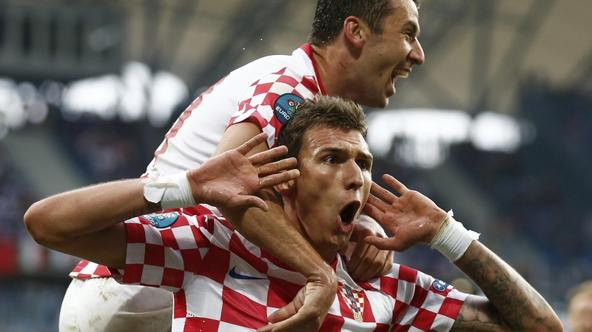 'Croatia\'s Mario Mandzukic (bottom) celebrates with Darijo Srna after scoring a goal against Italy during their Group C Euro 2012 soccer match at the city stadium in Poznan June 14, 2012.    REUTERS/