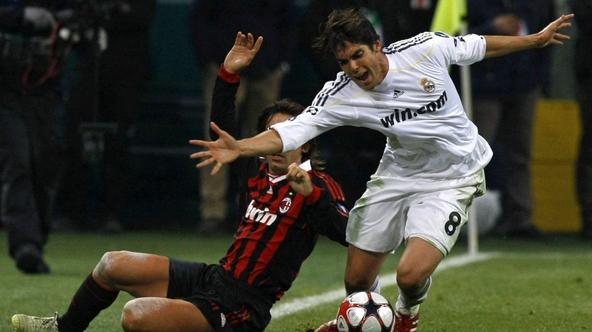 \'Real Madrid\'s Kaka (R) fights for the ball with Andrea Pirlo (L) of AC Milan during their Champions League soccer match at the San Siro stddium in Milan November 3, 2009.    REUTERS/Alessandro Bian