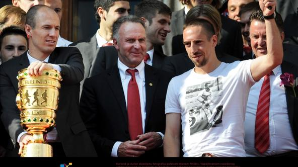 'Bayern\'s Arjen Robben (front L-R), CEO Karl-Heinz Rummenigge and Franck Ribery pictured with the German DFB Cup trophy on the balcony of the town hall in Munich, Germany, 23 May 2010. Despite the de