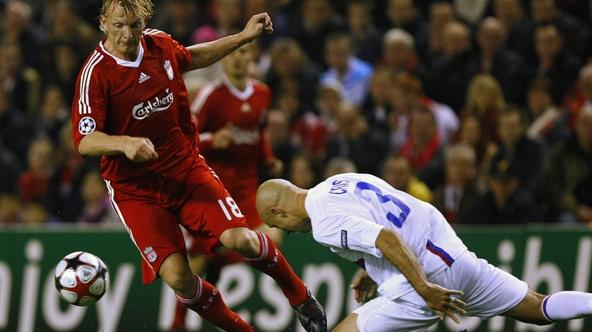 'Liverpool\'s Dirk Kuyt (L) challenges Olympique Lyon\'s Cris during their Champions League soccer match at Anfield in Liverpool, northern England, October 20, 2009.     REUTERS/Phil Noble (BRITAIN SP