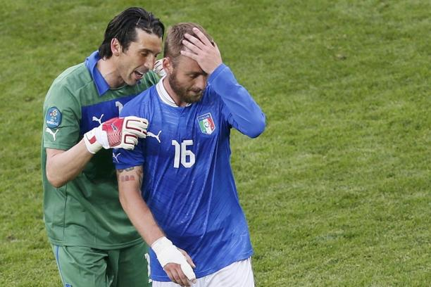'Italy\'s goalkeeper Gianluigi Buffon hugs teammate Italy\'s Daniele De Rossi after the Group C Euro 2012 soccer match against Spain at the PGE Arena in Gdansk, June 10, 2012.             REUTERS/Leon
