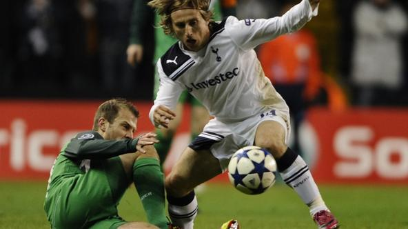 \'Tottenham Hotspur\'s Luka Modric (R) is challenged by Werder Bremen\'s Daniel Jensen during their Champions League soccer match at White Hart Lane in London November 24, 2010.   REUTERS/Dylan Martin
