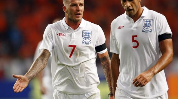 'England\'s David Beckham and Rio Ferdinand react as they leave the pitch at half-time during their friendly soccer match against the Netherlands in Amsterdam August 12, 2009.   REUTERS/Michael Kooren