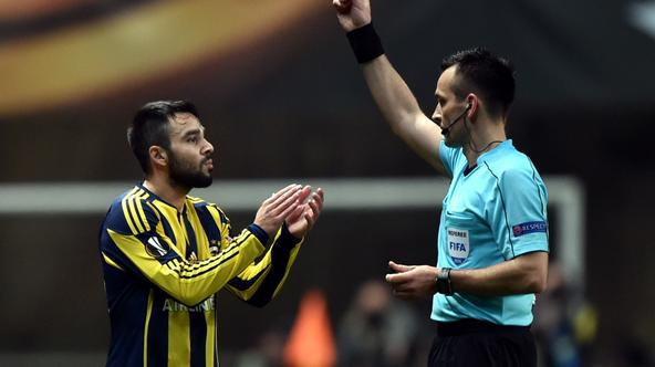 (SP)PORTUGAL-BRAGA-UEFA EUROPA LEAGUE(160318) -- BRAGA, March 18, 2016 (Xinhua) -- Fenerbahce's Volkan Sen (L) is shown a red card by Referee Ivan Bebek and expelled during the second leg of round 16 of the Europa League soccer match SC Braga vs Fenerbahc