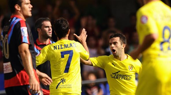 'CORRECTION SCORER NAME IN CAPTION Villarreal\'s Brazilian forward Nilmar (7) celebrates his goal against Racing Santander with teammate Italian forward Giuseppe Rossi (R)during their Spanish League f