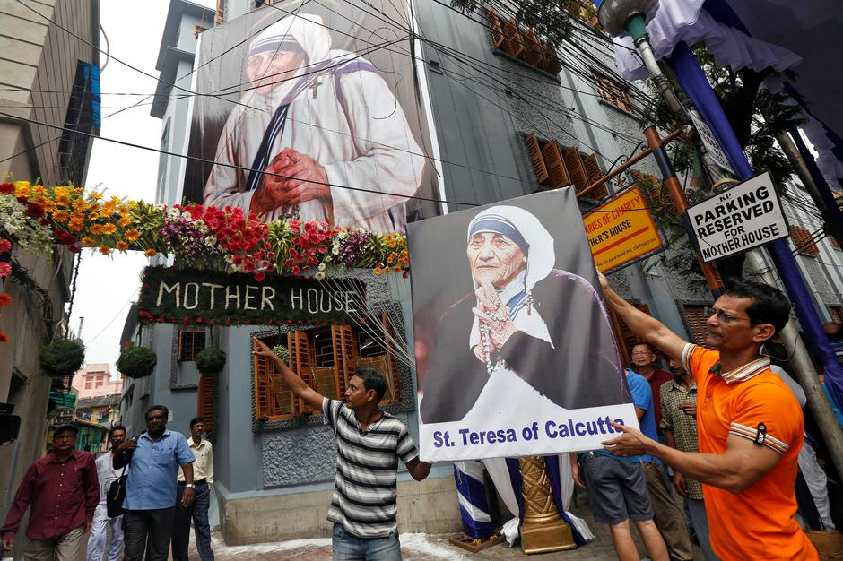 A man holds a poster of Mother Teresa outside the  Missionaries of Charity building in Kolkata as she was canonised during a ceremony held in the Vatican, India September 4, 2016. REUTERS/Rupak De Chowdhuri     TPX IMAGES OF THE DAY | Autor : Reuters/PIXSELL/Ilustracija