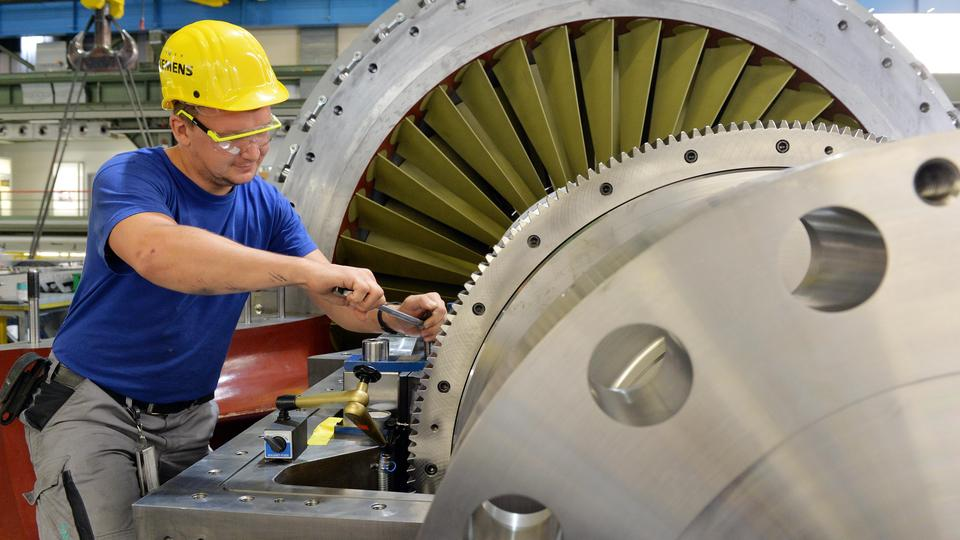 A Siemens worker monitors a turbine in the final assembly stage in a gas turbine factory in Berlin, Germany, 16 September 2016. Photo: Maurizio Gambarini/dpa /DPA/PIXSELL