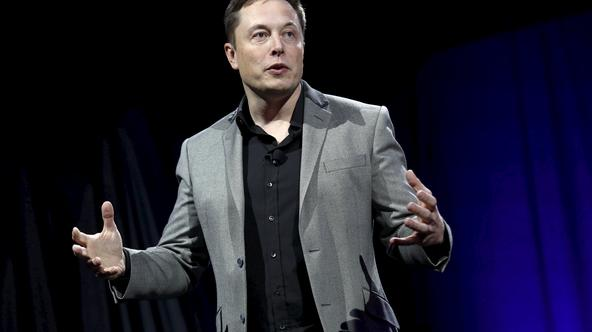 Tesla Motors CEO Elon Musk reveals the Tesla Energy Powerwall Home Battery during an event in Hawthorne, California April 30, 2015. Tesla Motors Inc unveiled Tesla Energy - a suite of batteries for homes, businesses and utilities - a highly-anticipated pl