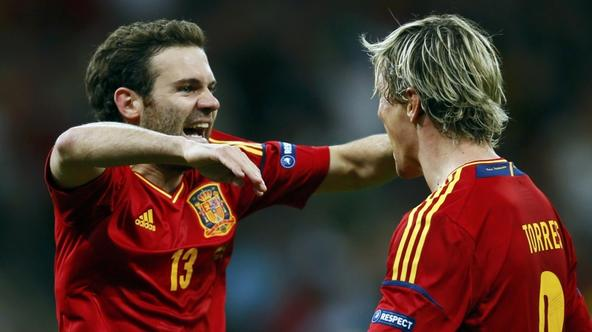 'Spain\'s Juan Mata (L) celebrates with team mate Fernando Torres after scoring a goal against Italy during their Euro 2012 final soccer match at the Olympic stadium in Kiev, July 1, 2012. REUTERS/Kai
