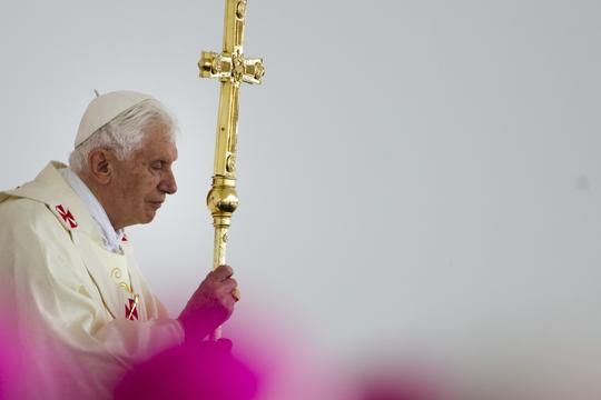 Pope Benedict XV prays during a mass held at Zagreb hippodrome on the second and final day of his pastoral visit to the country, Croatia, 5 June 2011. Foto: Michael Kappeler/DPA/PIXSELL