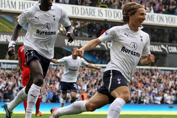 \'Tottenham Hotspur\'s Croatian midfielder Luka Modric (R) celebrates scoring the opening goal with team-mate, Togolese striker Emmanuel Adebayor (L) during of the English Premier League football matc
