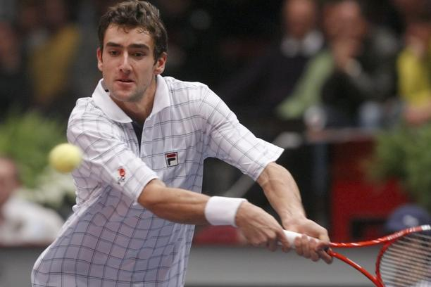 'Marin Cilic of Croatia returns the ball during his Vienna Open semi final tennis match against Philipp Kohlschreiber of Germany in Vienna October 31, 2009. REUTERS/Heinz-Peter Bader (AUSTRIA SPORT TE
