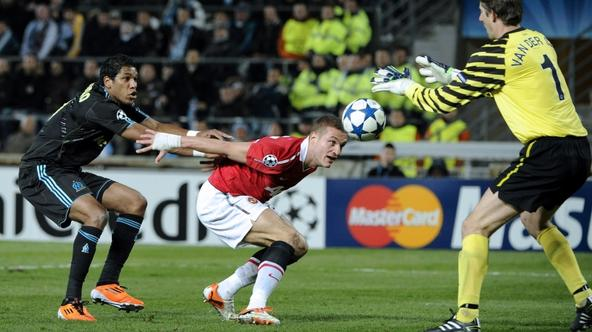 'Manchester united goalkeeper Edwin Van Der Sar of Netherlands grabs the ball in front of Olympique Marseille\'s Brazilian forward Brandao (L) and Manchester united Serbian defender Nemanja Vidic duri