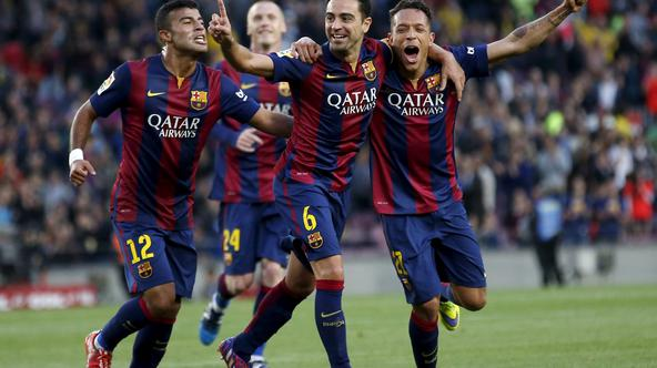 Barcelona's Xavi Hernandez (C) celebrates his goal against Getafe with teammates Rafinha (L) and Adriano during their Spanish first division soccer match at Nou Camp stadium in Barcelona, Spain, April 28, 2015. REUTERS/Gustau Nacarino        TPX IMAGES OF