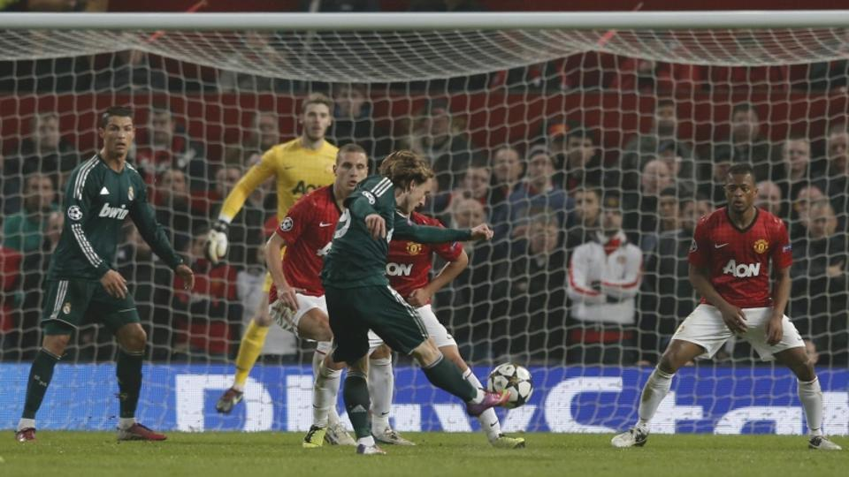 'Real Madrid\'s Luka Modric (C) scores against Manchester United during their Champions League soccer match at Old Trafford stadium in Manchester, March 5, 2013.         REUTERS/Phil Noble (BRITAIN  -