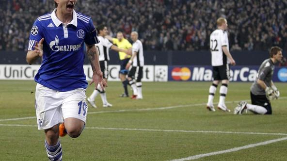 \'Mario Gavranovic of Schalke 04 celebrates a goal against Valencia during their Champions League round of 16 second leg soccer match in Gelsenkirchen, March 9, 2011.   REUTERS/Kai Pfaffenbach (GERMAN