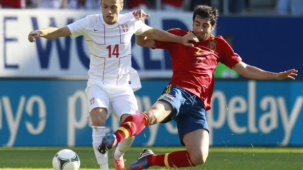 'Spain\'s Raul Albiol (R) challenges Serbia\'s Adem Ljajic during their friendly soccer match in St. Gallen May 26, 2012.  REUTERS/Miro Kuzmanovic (SWITZERLAND - Tags: SPORT SOCCER)'