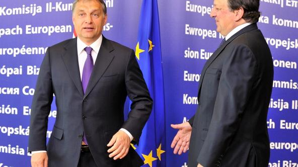 \'European Commission President Jose Manuel Barroso (R) welcomes Hungarian Prime Minister Viktor Orban (L) on May 18, 2011 prior to a working session at the European Headquarters in Bruxelles. AFP PHO
