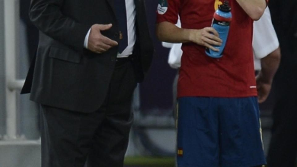 'Spanish headcoach Vicente Del Bosque (L) speaks with Spanish midfielder Andres Iniesta during the Euro 2012 football championships semi-final match Portugal vs Spain on June 27, 2012 at the Donbass A