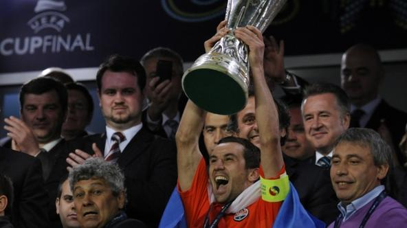 'Shakhtar Donetsk\'s Croatian midfielder and captain Darijo Srna (3rd R) celebrates with the UEFA Cup trophy next to Shakhtar Donetsk\'s Romanian head coach Mircea Lucescu (L) after their UEFA Cup fin