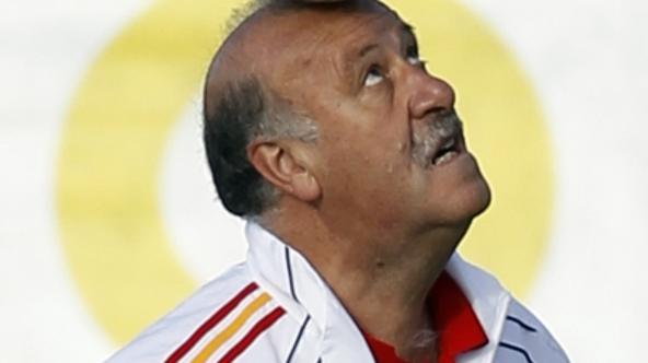'Spain\'s head coach of the national soccer team Vicente Del Bosque attends a training session at the Spanish Soccer Federation headquarters in Las Rozas, outside Madrid June 10, 2010. REUTERS/Juan Me