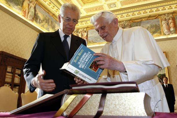 \'Pope Benedict XVI (R) exchanges gifts with Italian Prime Minister Mario Monti during an official visit at the Vatican, on January 14, 2012.  AFP PHOTO/ POOL/ MAX ROSSI\'