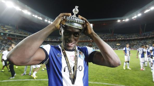 'Porto\'s Jackson Martinez celebrates with the trophy after defeating Academica at the Portuguese Super Cup at Aveiro\'s city stadium August 11, 2012. REUTERS/Rafael Marchante (PORTUGAL - Tags: SPORT