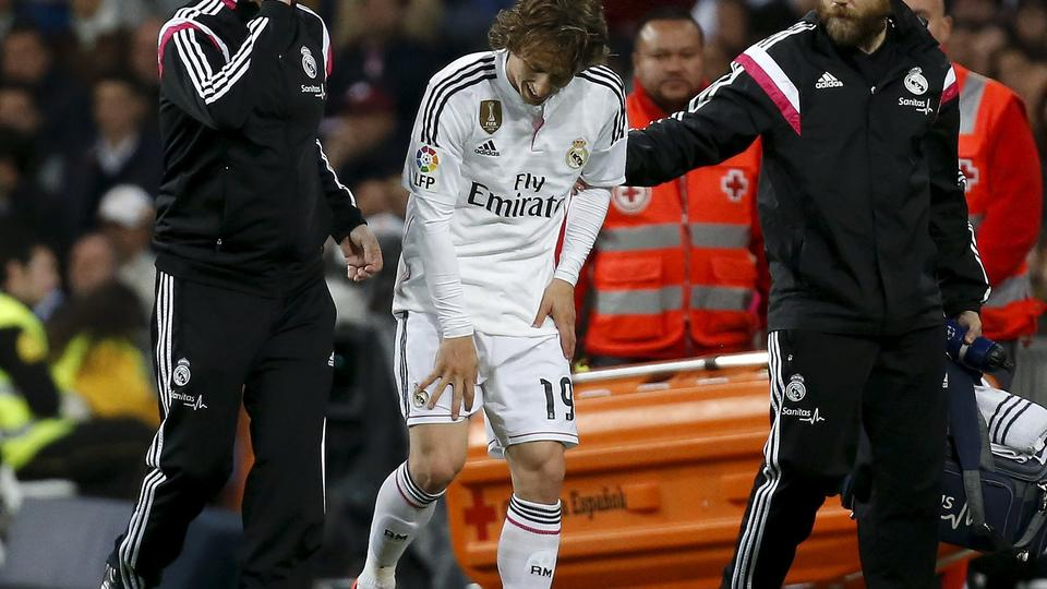 Real Madrid's Luka Modric leaves the pitch after an injury during their Spanish First Division soccer match against Malaga at Santiago Bernabeu stadium in Madrid, April 18, 2015. REUTERS/Andrea Comas