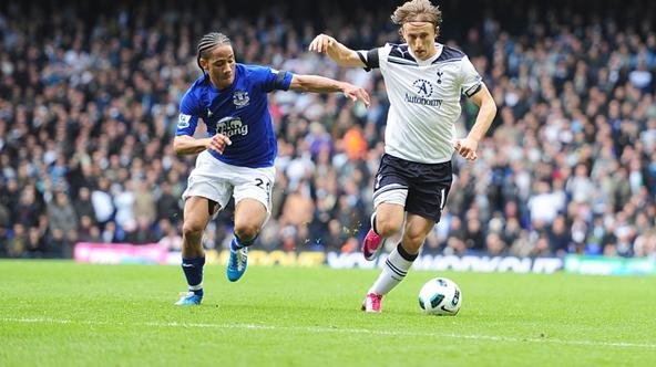 \'Everton\'s Steven Pienaar (left) and Tottenham Hotspur\'s Luka Modric (right) Photo: Press Association/Pixsell\'