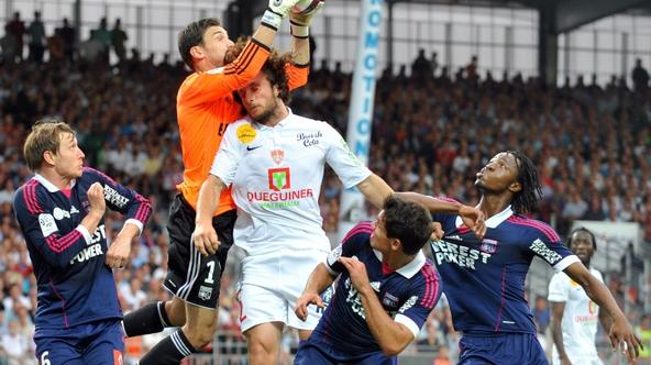 \'Lyon\'s french goalkeeper Hugo Lloris (2ndL) jumps to grab the ball during the French L1 football match Brest vs Lyon on August 20, 2011 in Brest, western France. AFP PHOTO / FRED TANNEAU\'