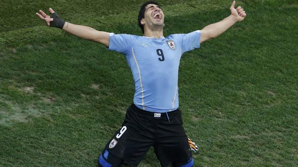 Uruguay's Luis Suarez celebrates scoring his team's second goal against England during their 2014 World Cup Group D soccer match at the Corinthians arena in Sao Paulo June 19, 2014.  REUTERS/Paulo Whitaker (BRAZIL  - Tags: SOCCER SPORT WORLD CUP TPX IMAGE