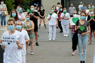 The medical personnel and workers of the La Paz Hospital in Madrid they manifest to ask for improvements in their work and in defense of Public Health.