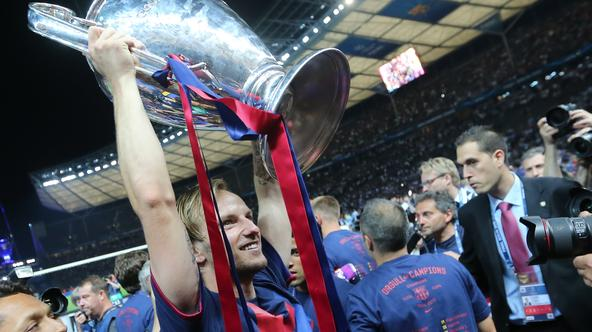 Barcelona's Ivan Rakitic celebrates with the trophy after the UEFA Champions League final soccer match between Juventus FC and FC Barcelona at Olympiastadion in Berlin, Germany, 06 June 2015. Photo: Kay Nietfeld/dpa/DPA/PIXSELL