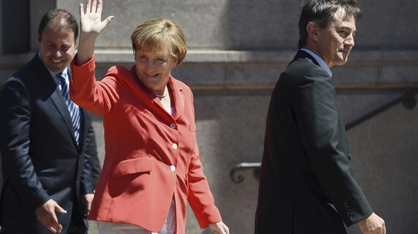 Germany's Chancellor Angela Merkel (C) waves to well-wishers as she arrives to tour the Australian and New Zealand Army Corps (ANZAC) Memorial in Sydney's Hyde Park November 17, 2014. REUTERS/Paul Miller/Pool (AUSTRALIA - Tags: POLITICS)