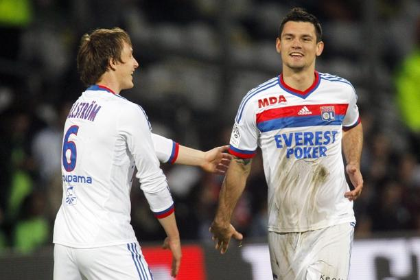 'Olympique Lyon\'s Dejan Lovren (R) celebrates with team mate Kim Kallstrom after scoring against Sochaux during their French Ligue 1 soccer match at the Gerland stadium in Lyon March 24, 2012.  REUTE