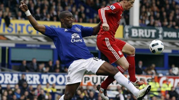 'Everton\'s Sylvain Distin (L) challenges Liverpool\'s Fernando Torres (R) during their English Premier League soccer match at Goodison Park in Liverpool, northern England, October 17, 2010. REUTERS/P